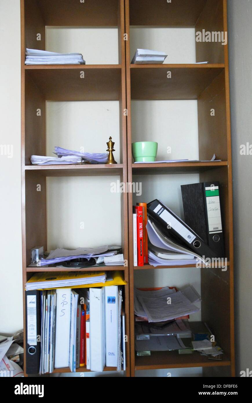 Disorder in an office shelf - Stock Image