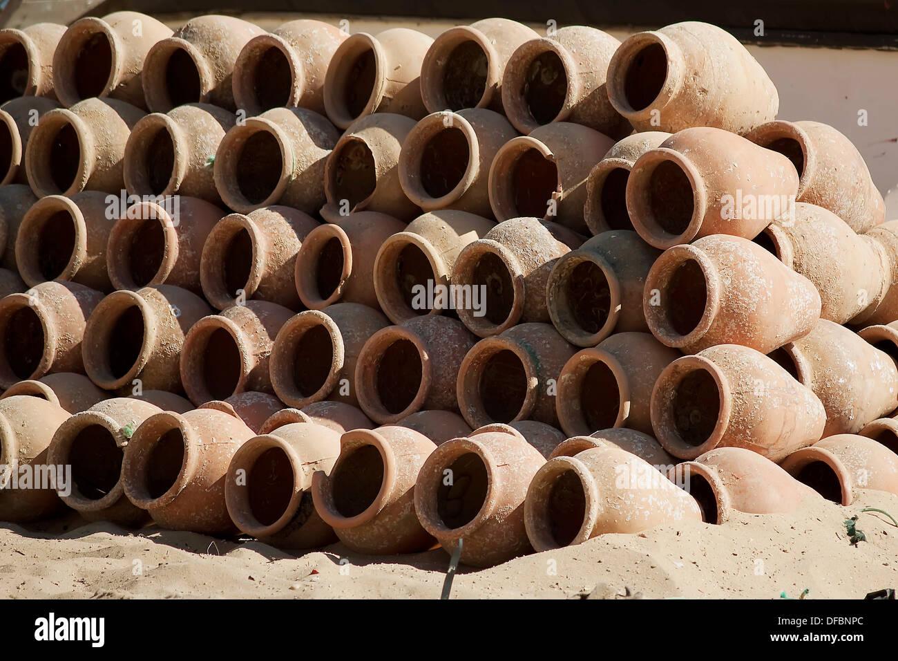 tinajas de arcilla amontonadas para su secado. clay jars stacked to dry. - Stock Image