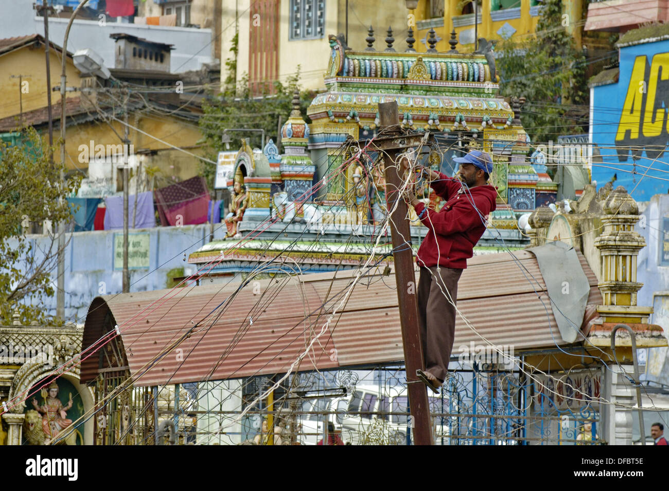 Incredible India Tamil Nadu Coonoor Indian Electrician Working On Wiring Wiring 101 Ferenstreekradiomeanderfmnl