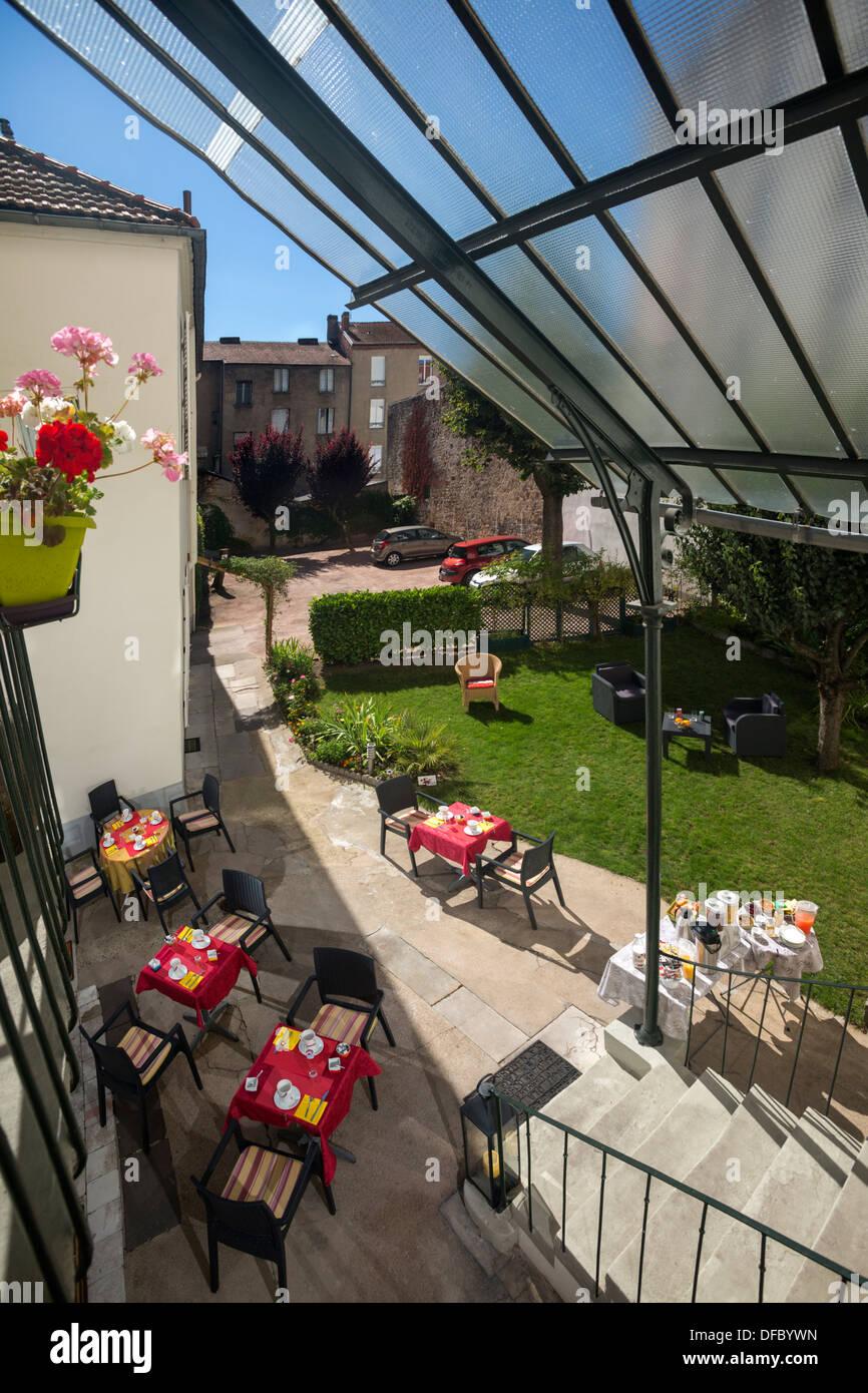 A breakfast served outside in a tourist hotel courtyard (France). Petit-déjeuner servi en extérieur dans - Stock Image