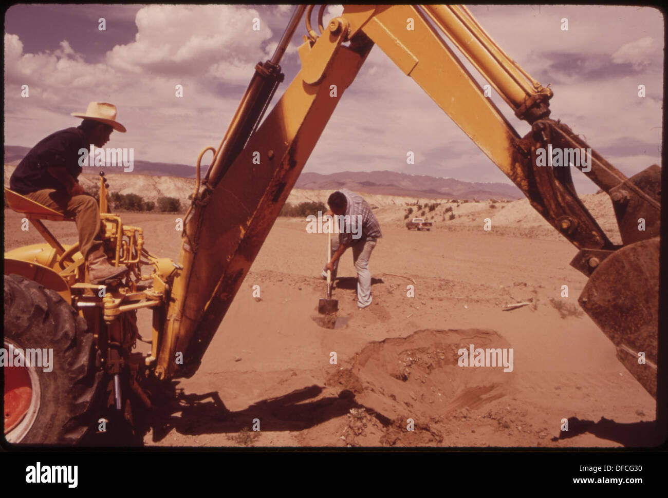 BUDDY VIDOVICH IS WORKING A NEW FIELD, CLEARED BY THE BUREAU OF INDIAN AFFAIRS UNDER THE LAND SUBJUGATION PROGRAM Stock Photo