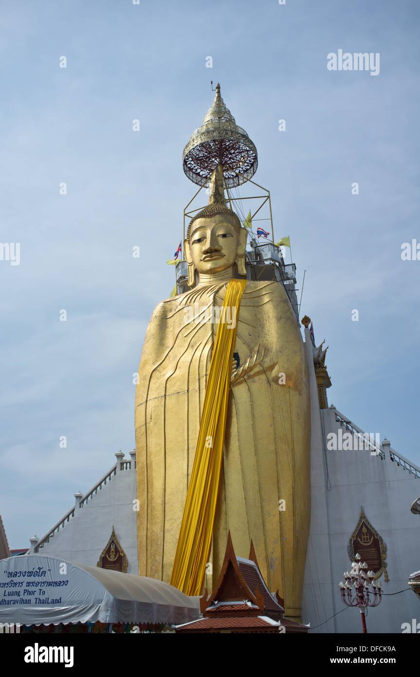 32-metre-high standing Buddha statue at Wat Intharawihan in Bangkok, Thailand. - Stock Image