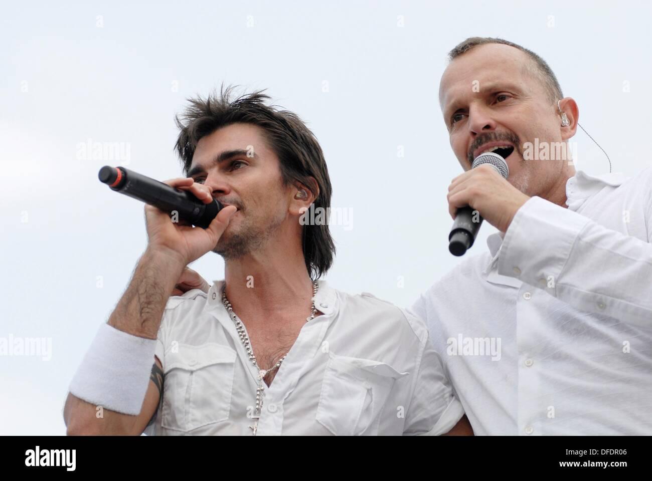 Juanes izquierda, cantante, de Colombia y el cantante español Miguel Bosé derecha cantando en el segundo concierto ´Paz sin - Stock Image