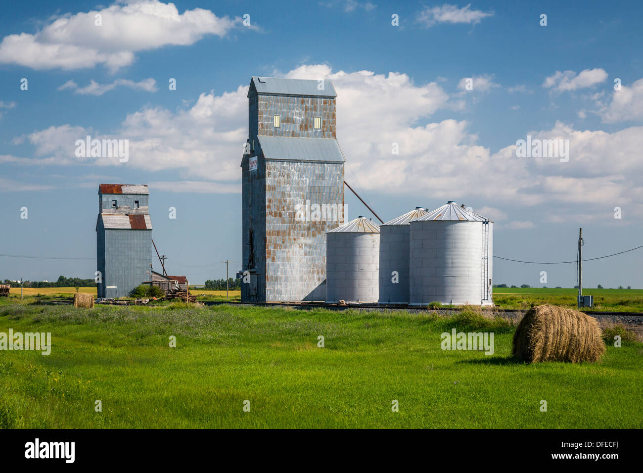 Two small grain elevators near Cole Harbor, North Dakota, USA. - Stock Image
