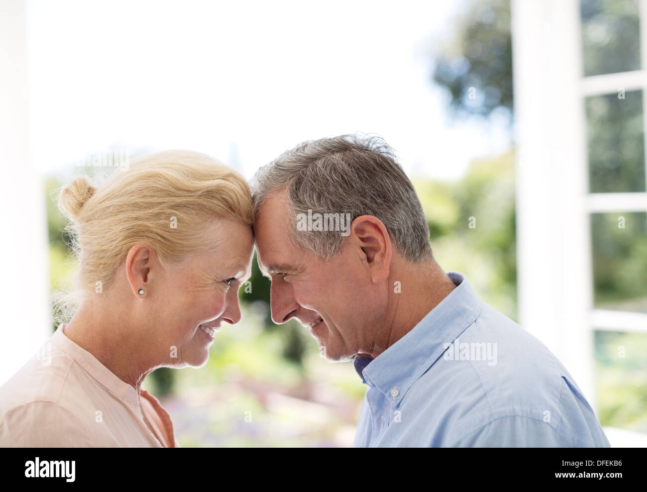 Senior couple leaning head to head - Stock Image