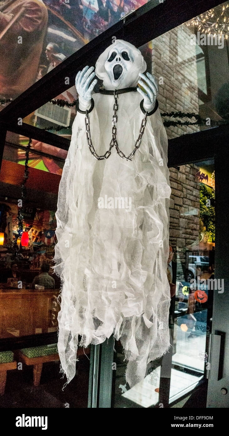 manacled Halloween phantom with eerie resemblance to Edvard Munch' The Scream does its scary best at Applebees restaurant entry - Stock Image
