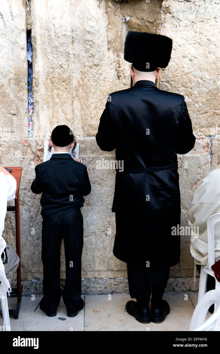 Father & son praying by the wailing wall in the Jewish qt. in the old city of Jerusalem. - Stock Image