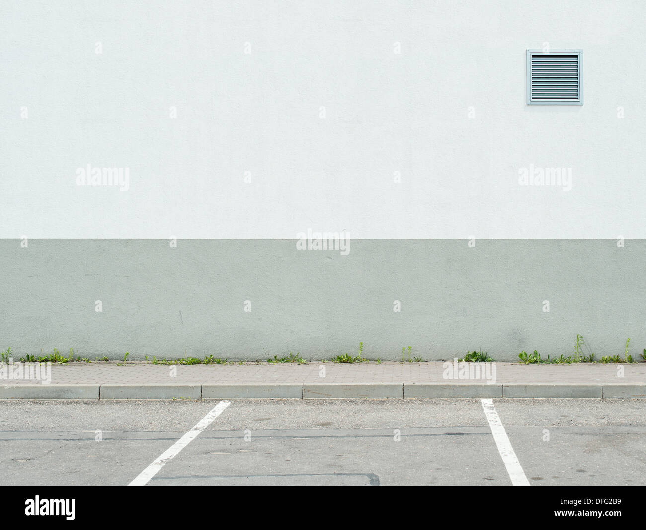 Parking lot wall and sidewalk - Stock Image
