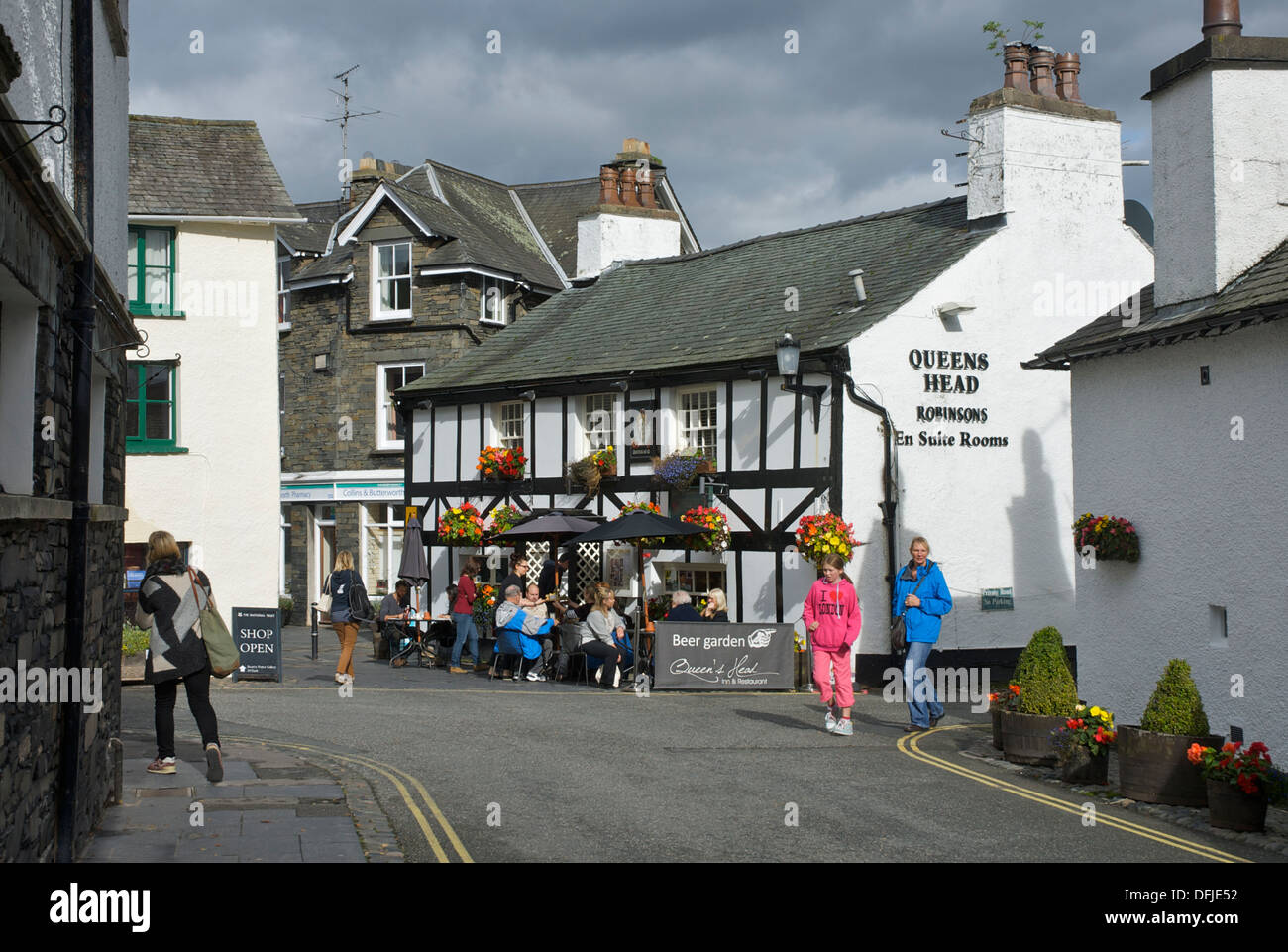 The Queens Head pub in the village of Hawkshead, Lake District National Park, Cumbria, England UK - Stock Image