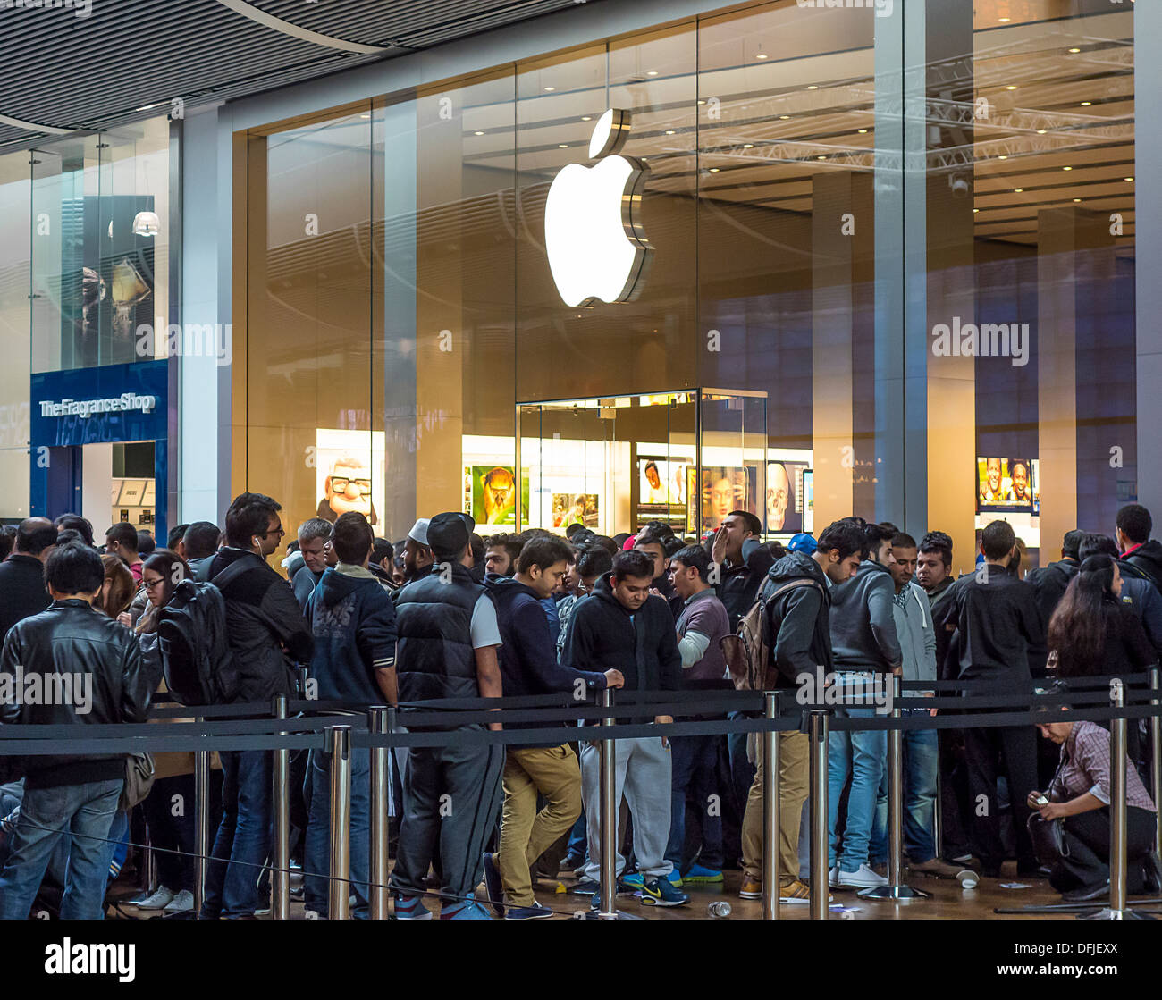 Apple Shop Queue for new Product Westfield Shopping Centre Stock Photo