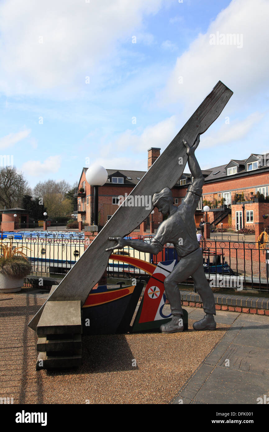 The Man and Plank sculpture in the regenerated canal basin at the end of an arm of the Grand Union Canal at Market Harborough - Stock Image