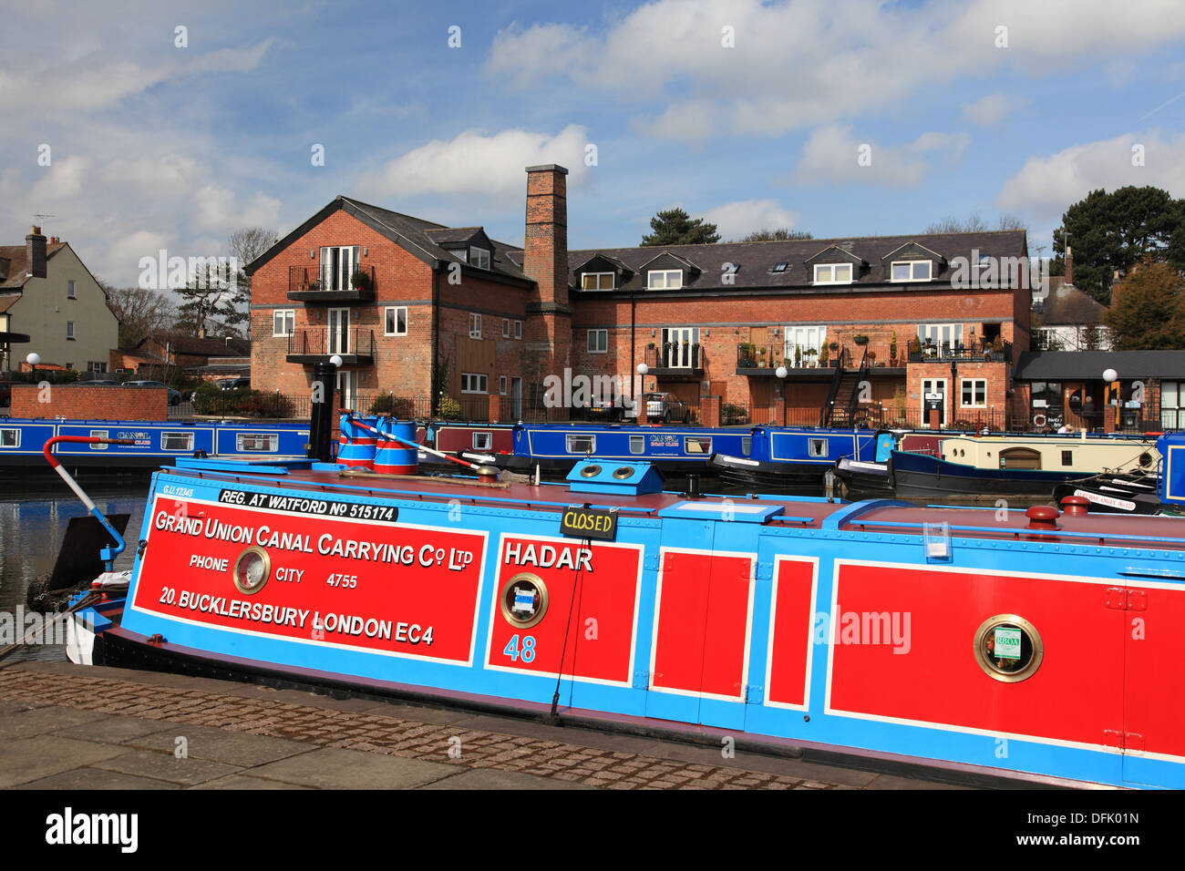 Narrowboats moored in the regenerated canal basin at the end of an arm of the Grand Union Canal at Market Harborough - Stock Image