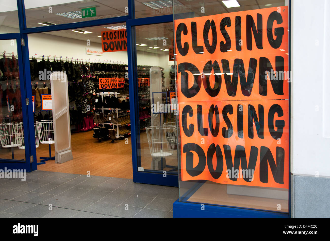 Hackney, London 2013. Shoe shop with sign in window saying Closing Down Sale. - Stock Image