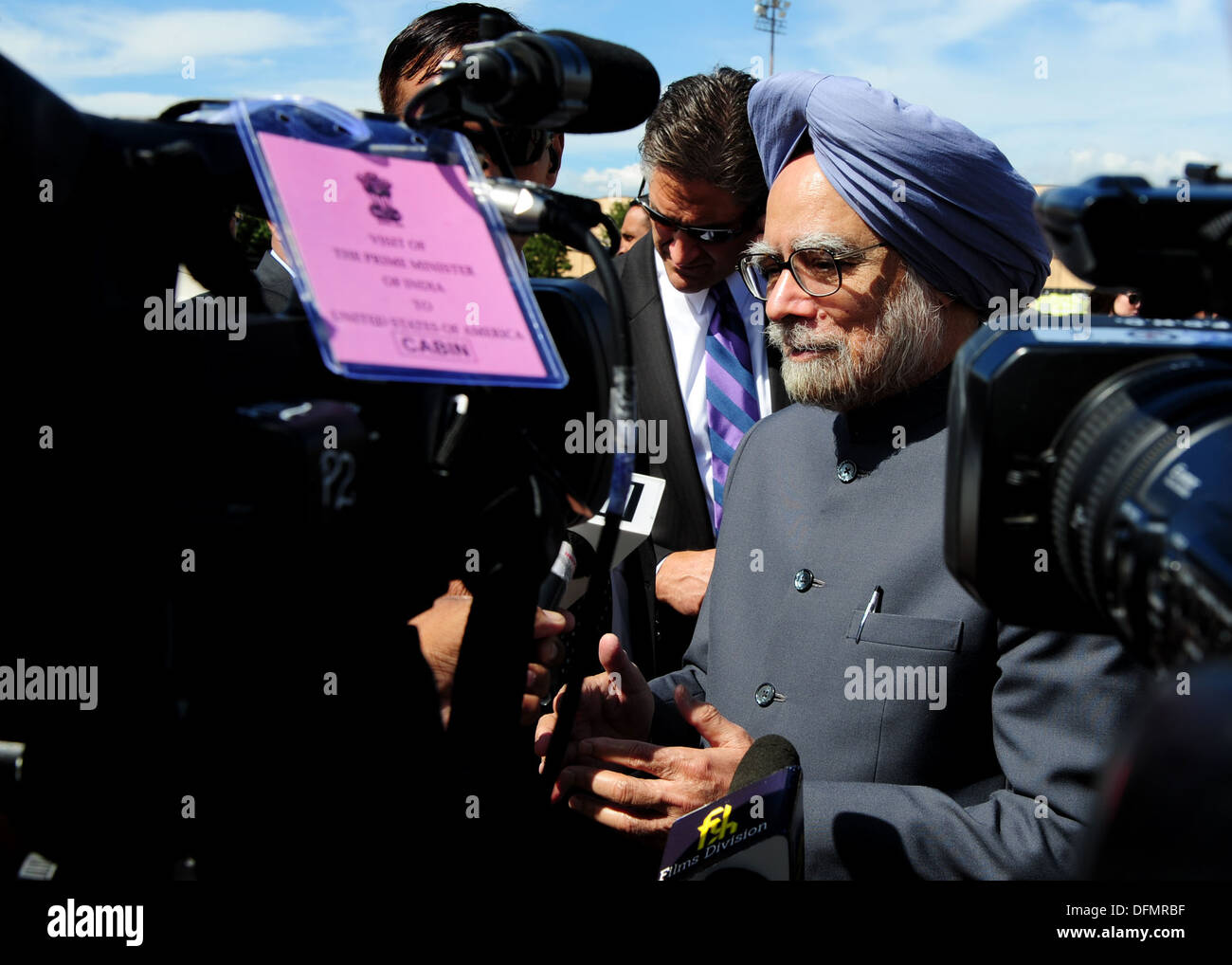 Prime of India Dr. Manmohan Singh speaks to media after arriving to Joint Base Andrews, Md., Sept. 26, 2013. The Prime Minister - Stock Image