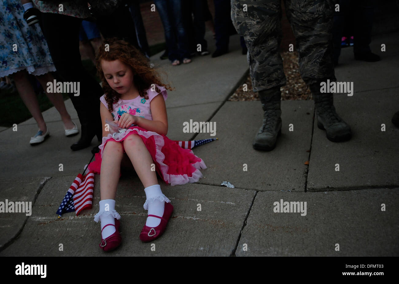 Lily Ann Patterson patiently awaits the return of her father, U.S. Air Force Tech. Sgt. Travis Patterson, to Whiteman Air Force - Stock Image