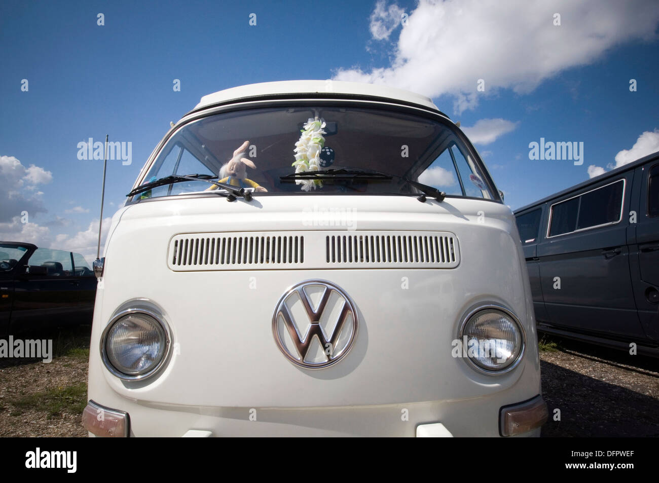 vw bus van vans buses bay window volkswagen logo badge camper campervan campervans - Stock Image