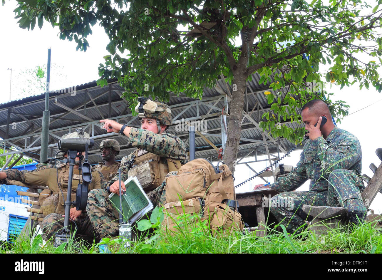 Philippine Marines and soldiers direct fire support with the assistance of U.S. Marines from the 13th Marine Expeditionary Unit - Stock Image