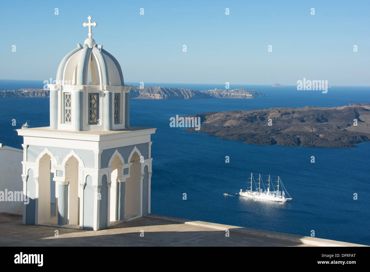 SANTORINI (THIRA), CYCLADES, GREECE. A view from the cliff-top village of Firostephani near Fira. 2013. - Stock Image