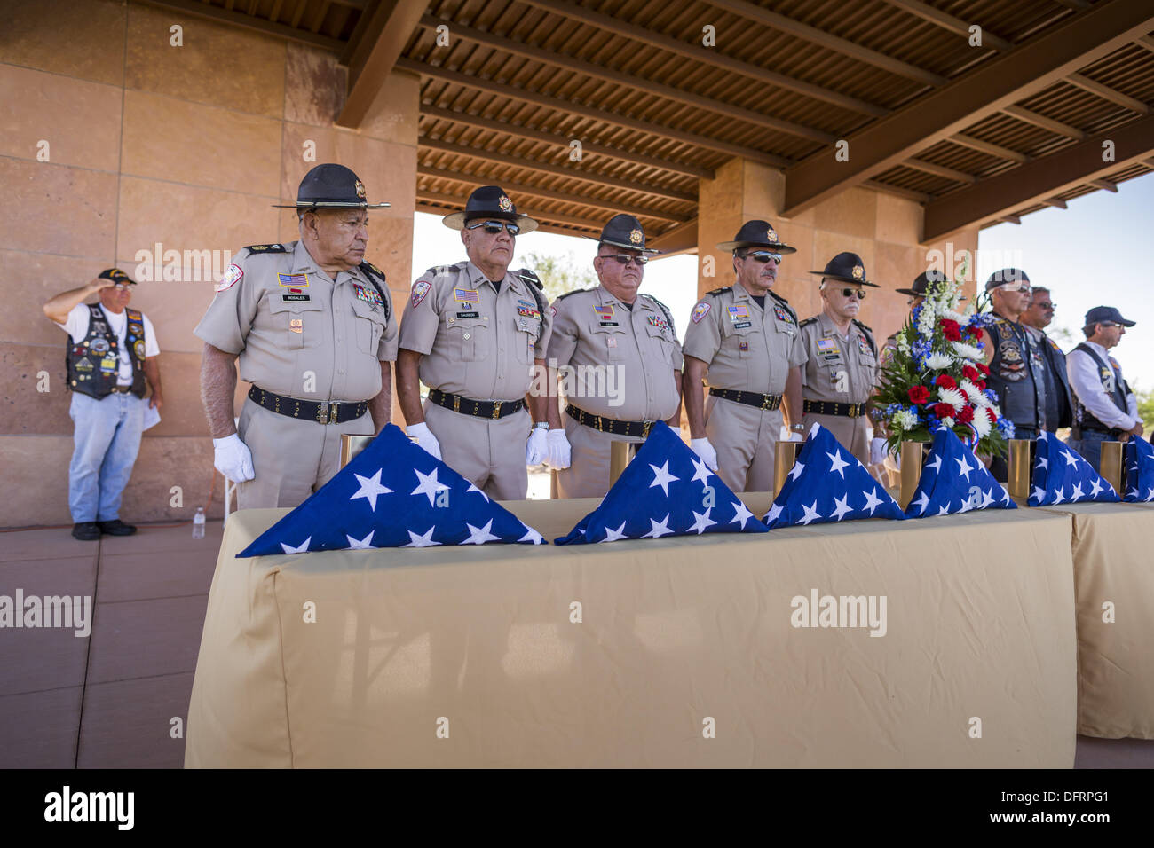 Phoenix, Arizona, USA. 8th Oct, 2013. Members of Veterans Of Foreign Wars honor guard present the urns containing Stock Photo