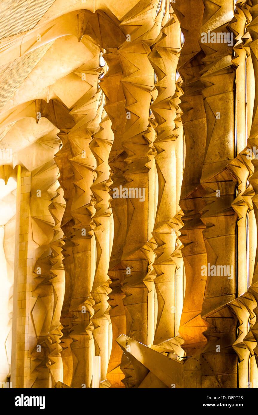 Interior de la Basílica de la Sagrada familia del Arquitecto Antoni Gaudí i Cornet (1852-1926), Barcelona Cataluña - Stock Image