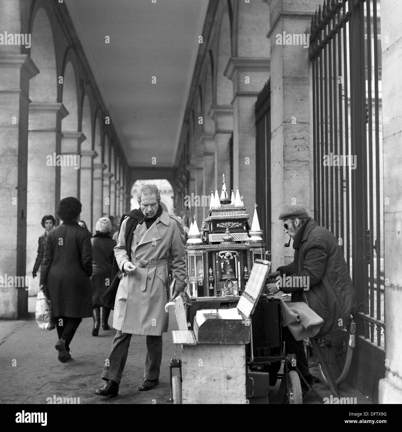 A showman offers horoscopes to passers-by in Paris, France, in November 1970. Photo: Wilfried Glienke - Stock Image