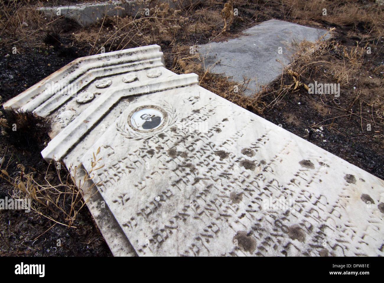 Headstone with inscription in Hebrew, abandoned Jewish cemetery in Vidin, northwestern Bulgaria - Stock Image
