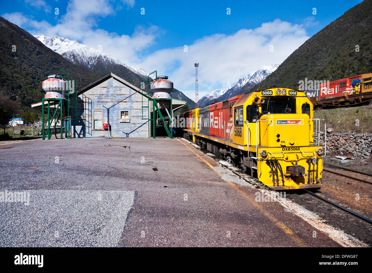 The Southern Alps, South Island, New Zealand. The Tranz Alpine train at Arthur's Pass Station, on way from Christchurch to Greymouth. - Stock Image