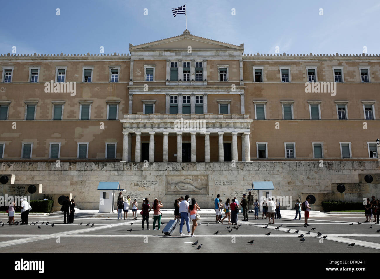 Tourists watching the changing of the guard ceremony at the Tomb of the Unknown Soldier in front of the Greek Parliament Stock Photo