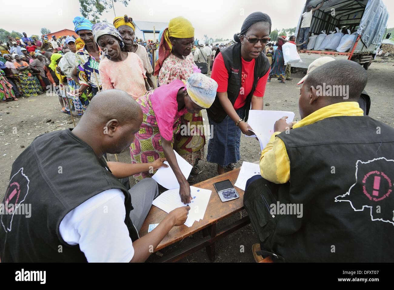 Displaced population registering for food aid dsitribution at the refugee camp Mugunga1, west of Goma, North Kivu, Democratic - Stock Image