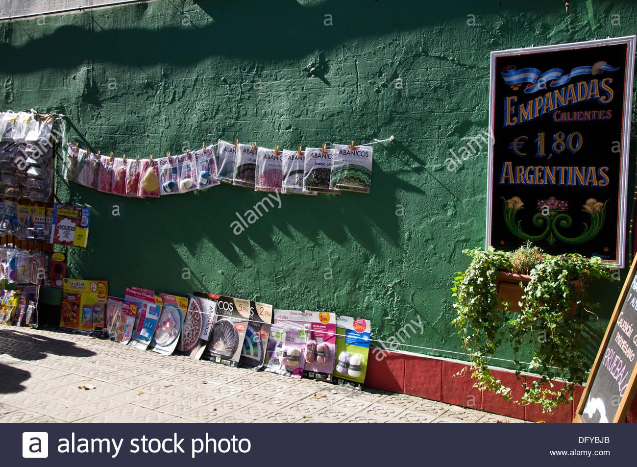 Diarios y revistas colgados de la pared, Kiosco, Barcelona, Gracia District, Spain - Stock Image