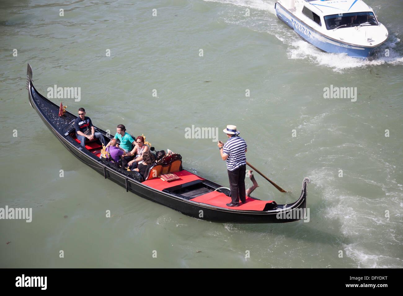 High-angle shot on a gondola from the vantage point of the Rialto bridge (Venice). Vue en plongée sur une gondole à Venise. - Stock Image