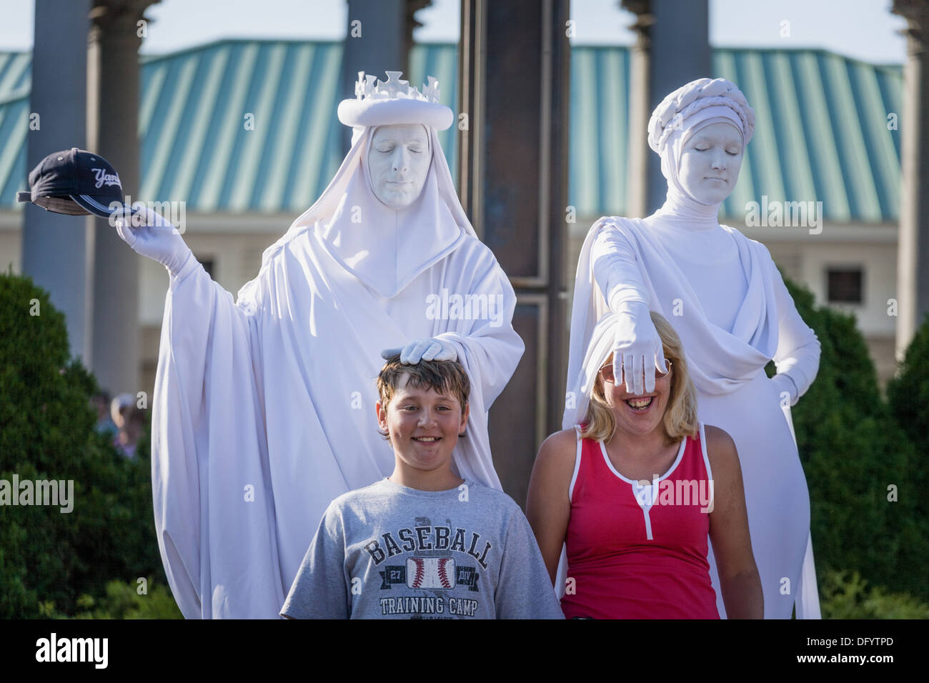 Living Statues have some fun with kids, Great New York State Fair, Syracuse. - Stock Image