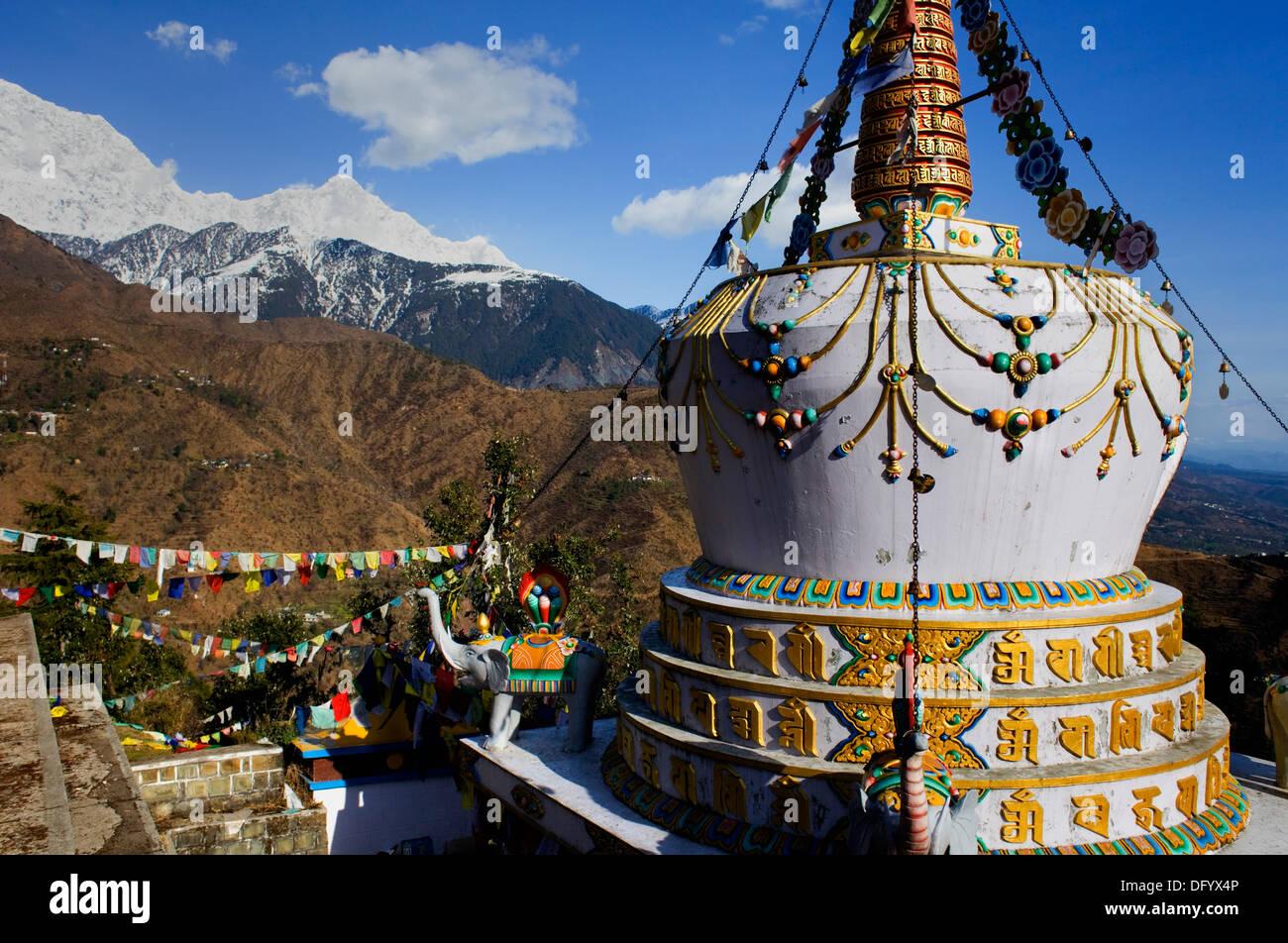 Stupa in Lhagyal Ri,near Tsuglagkhang complex.In background the Himalaya mountains.McLeod Ganj, Dharamsala, Himachal Pradesh - Stock Image