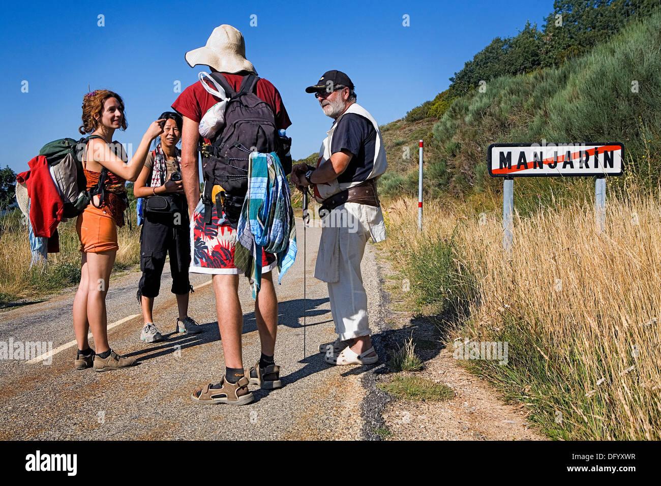 Tomás Martín saying goodbye to pilgrims. Tomás is the `hospitalero´ of pilgrim´s hostel in Manjarín. - Stock Image