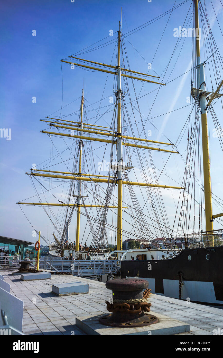 The tall ship Glenlee tied up at a berth on the river Clyde adjacent to the Riverside Museum of Travel and Transport Glasgow. - Stock Image