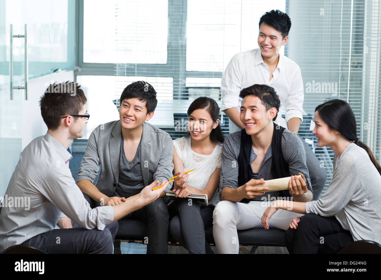 Young office workers holding a meeting - Stock Image