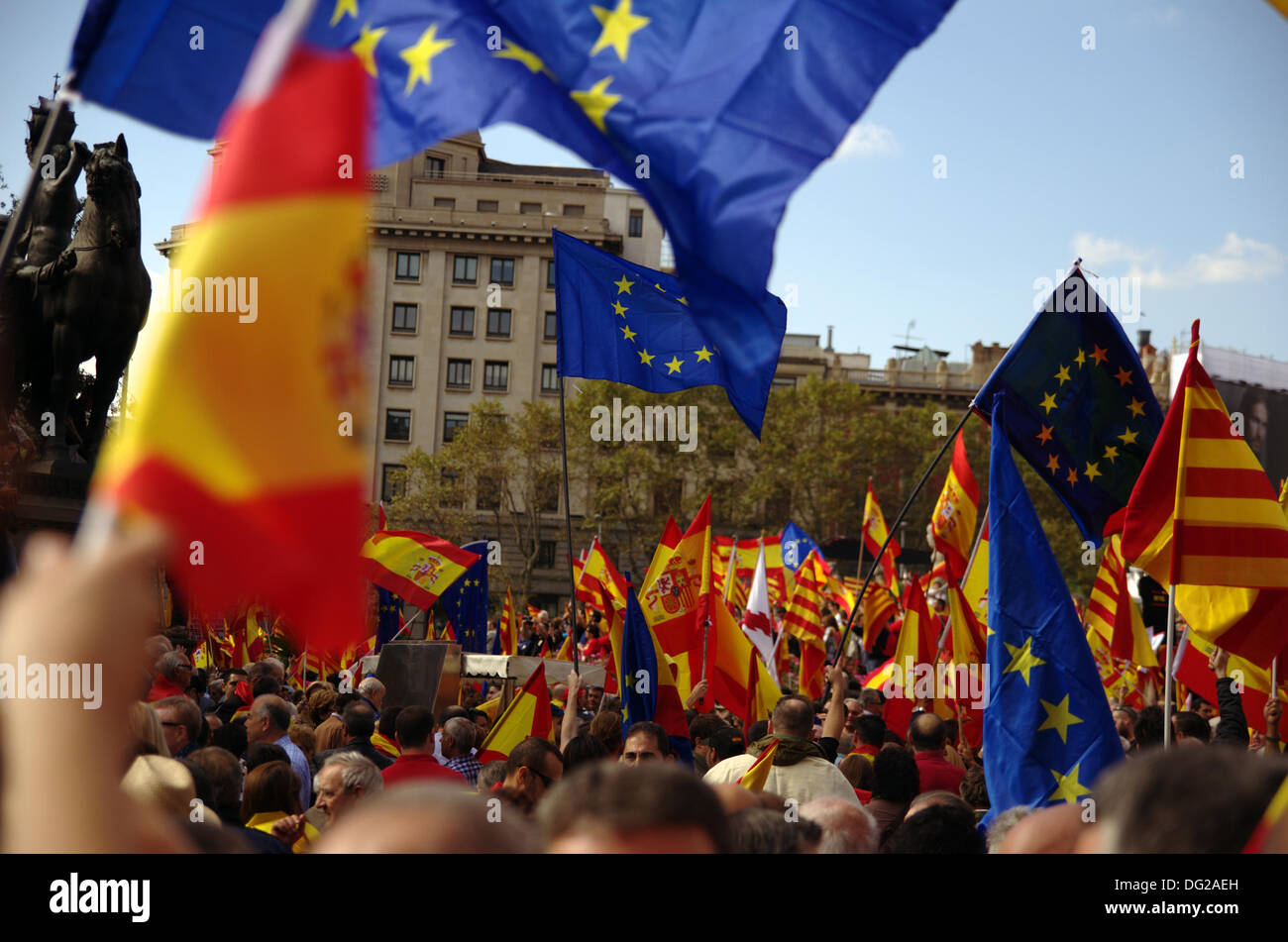 Barcelona, Spain. 12th Oct, 2013. Celebration of Columbus Day in Barcelona. Festive demonstration against the referendum for independence of Catalonia from the rest of Spain in the center of Barcelona. In the image, spanish, catalonian & EU flags. Credit:  Fco Javier Rivas Martín/Alamy Live News - Stock Image