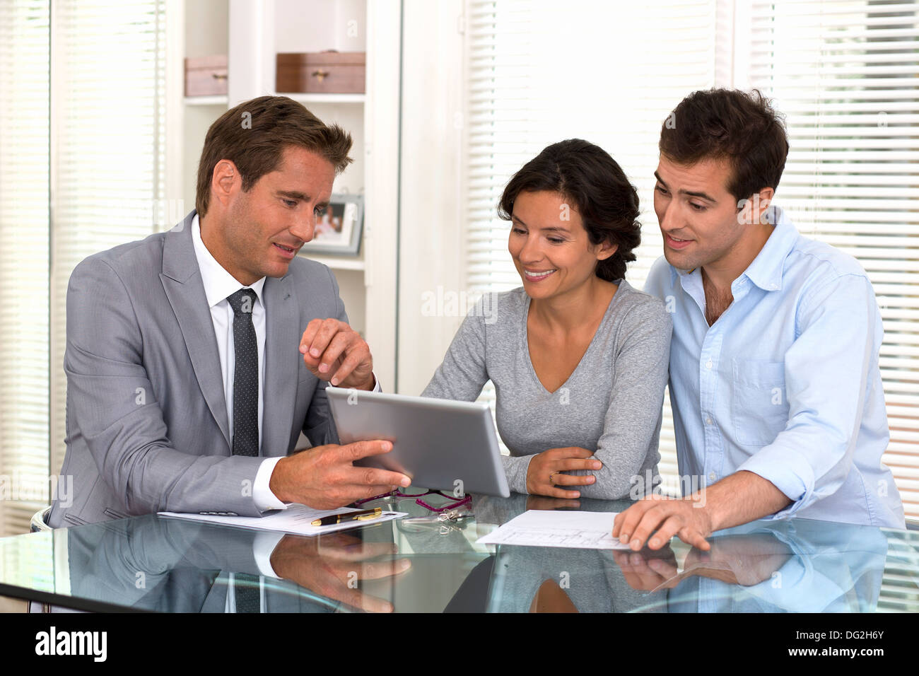woman man businessman tablet pc indoor contrat - Stock Image