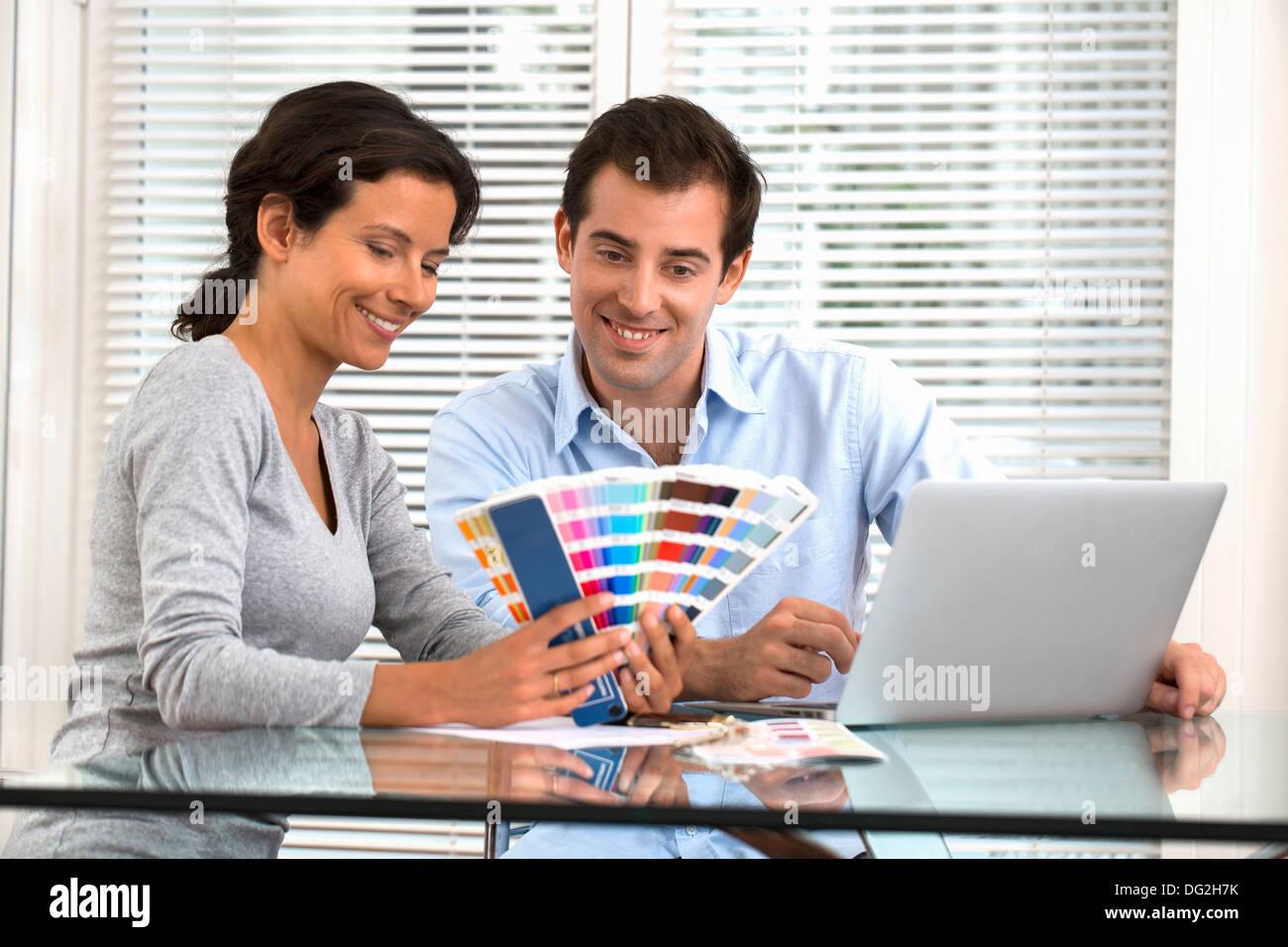 woman man computer laptop painting - Stock Image