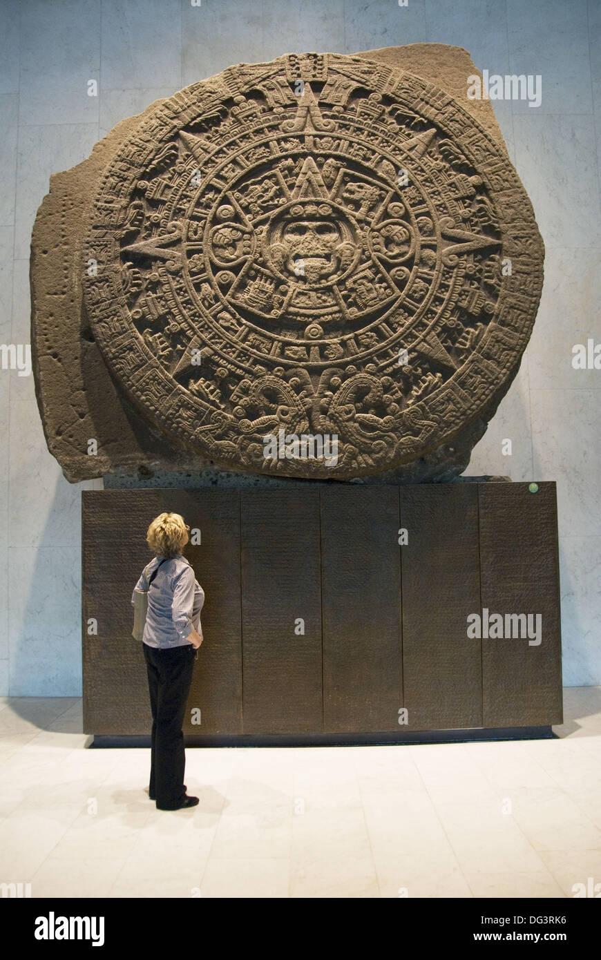 Mexico, Mexico City, Museo Nacional de Antropologia, tourist observing the famous ´sun stone´ - Stock Image
