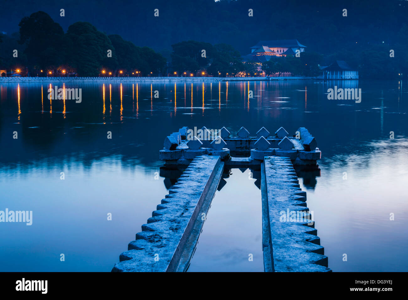 Kandy Lake and the Temple of the Sacred Tooth Relic (Sri Dalada Maligawa) at night, Kandy, Central Province, Sri - Stock Image