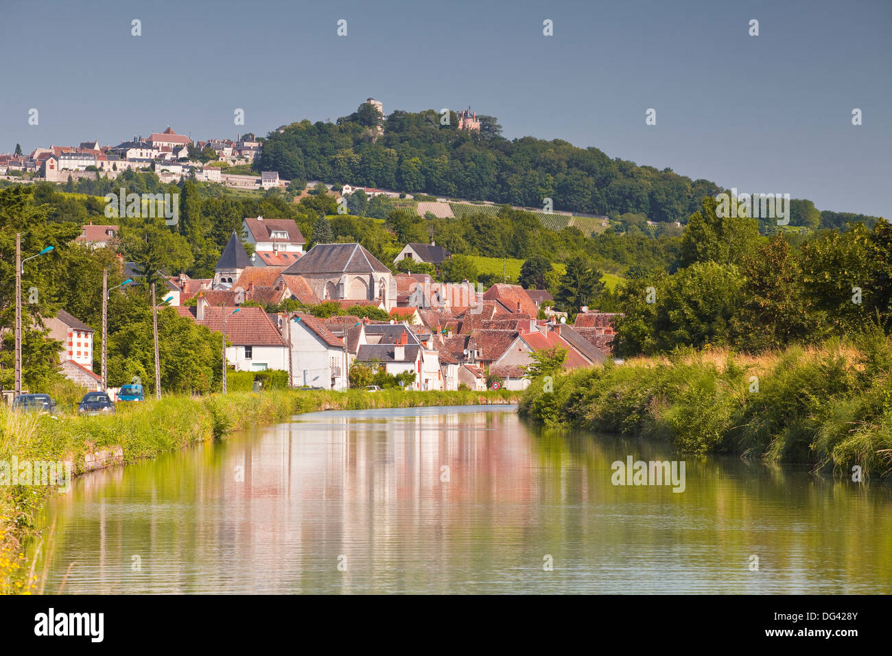 The canal Lateral a La Loire, the village of Menetreol sous Sancerre, the village of Sancerre on the hill, Cher, Centre, France - Stock Image