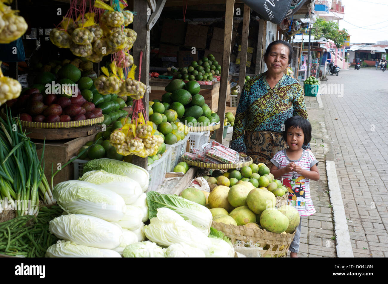 Javanese stall holder and her daughter by their vegetable stall in the local market, Solo river valley, Java, Indonesia - Stock Image