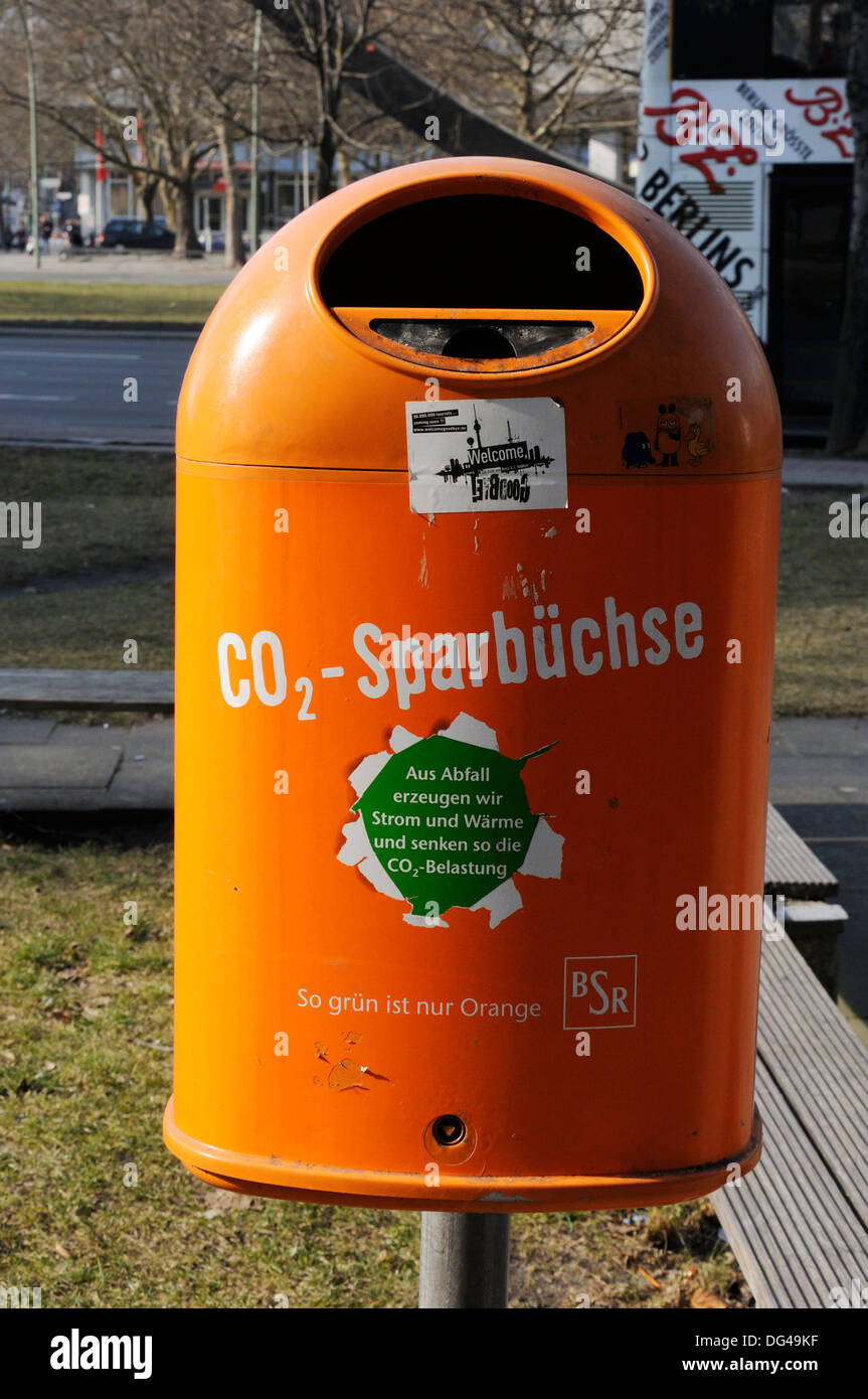 Litter bin with a green message, Berlin, Germany. - Stock Image