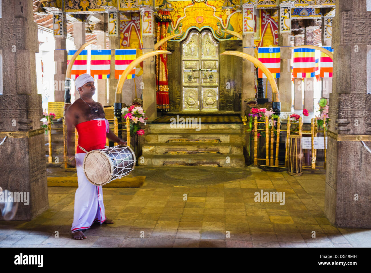 Drummer drumming at Temple of the Sacred Tooth Relic (Temple of the Tooth) (Sri Dalada Maligawa) in Kandy, Sri Lanka, Asia - Stock Image