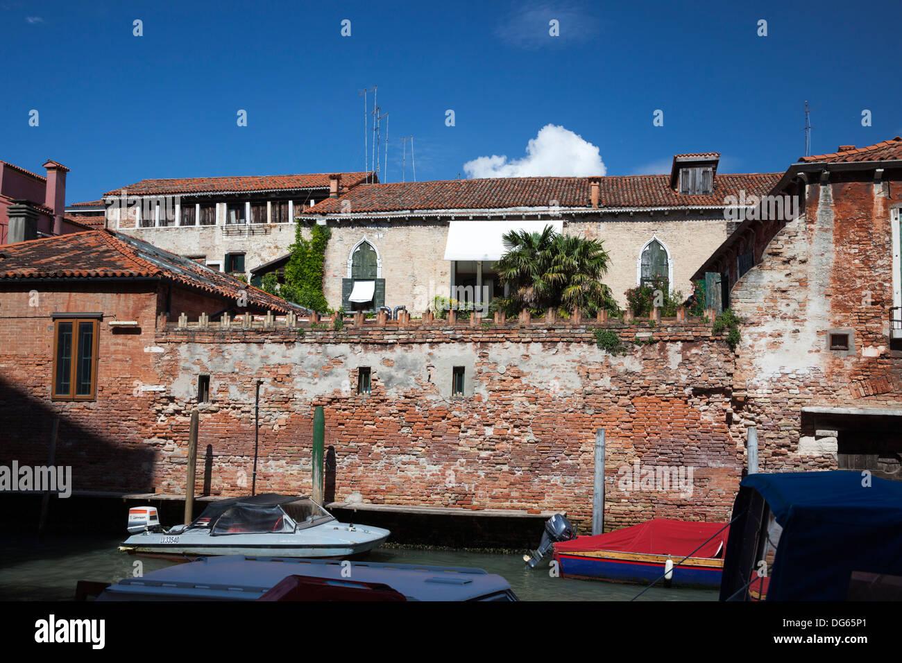 Brickwork and carpentry decay in Venice (Italy). Dégradation de maçonnerie et de menuiserie à Venise (Italie). - Stock Image