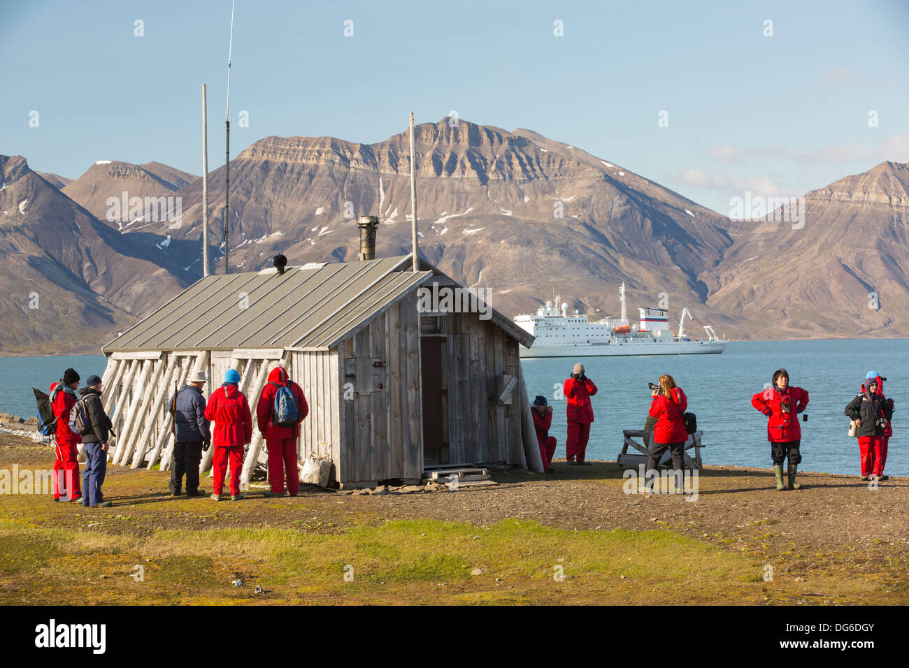 Tourists on an expedition cruise to the high Arctic at Bourbonhamna 77° 33'n 15° 00'e Van Mijenfjorden Spitsbergen; Svalbard - Stock Image