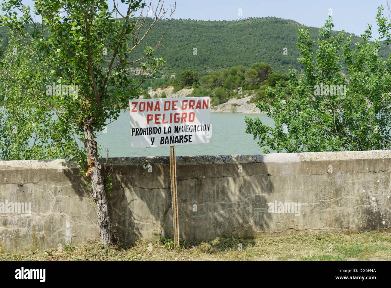 North-West Spain - Embalse de la Peña, dam north of Huesca. Danger no bathing sign. - Stock Image