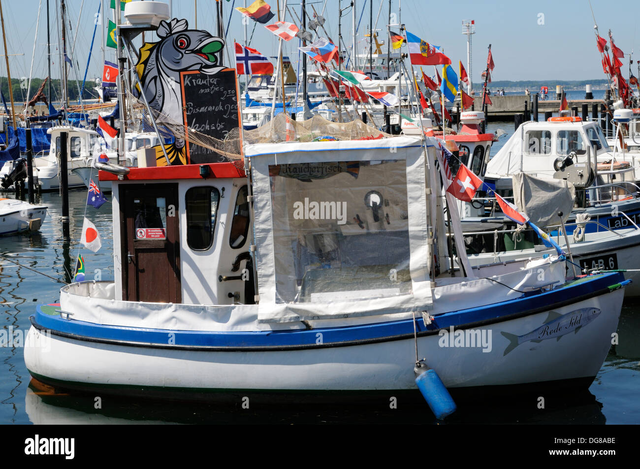 Verkauf von Fischbrötchen direkt vom Kutter, Laboe, Deutschland. | Sale of fish rolls directly from the cutter, Laboe, Germany. - Stock Image