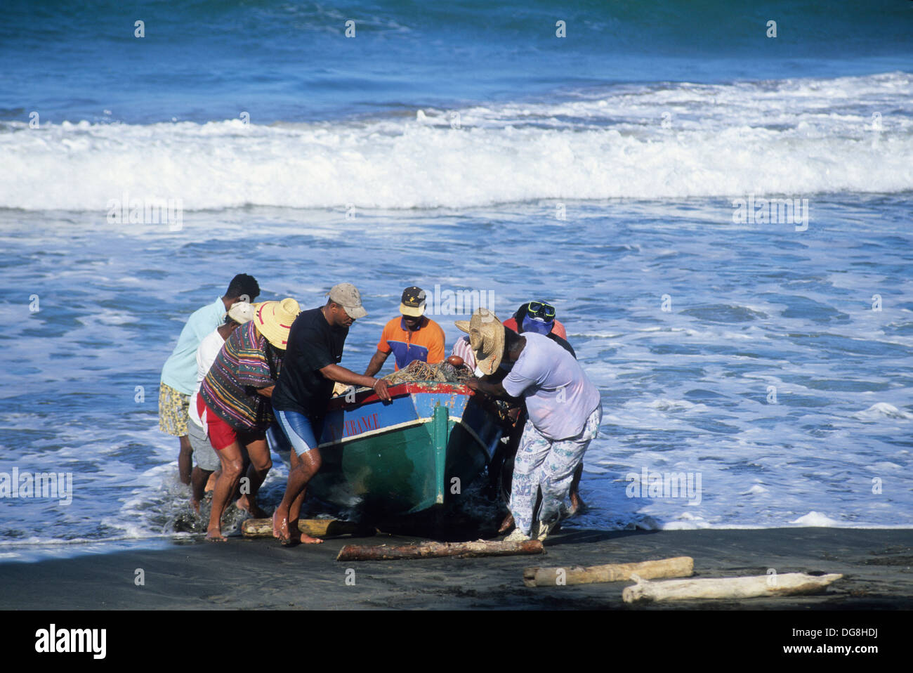 pecheurs hissant une barque au sec Sainte-Marie Ile de la Martinique Departement et Region d´Outremer francais Archipel des - Stock Image